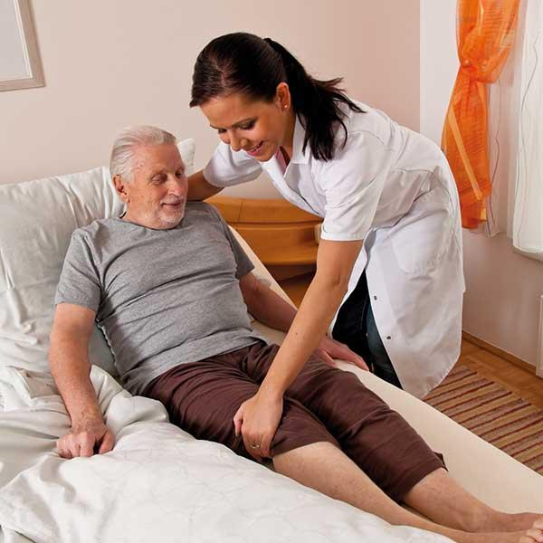 Mann im Bett Pflegeschwester
